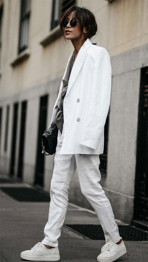 Street style look com tênis e blazer.