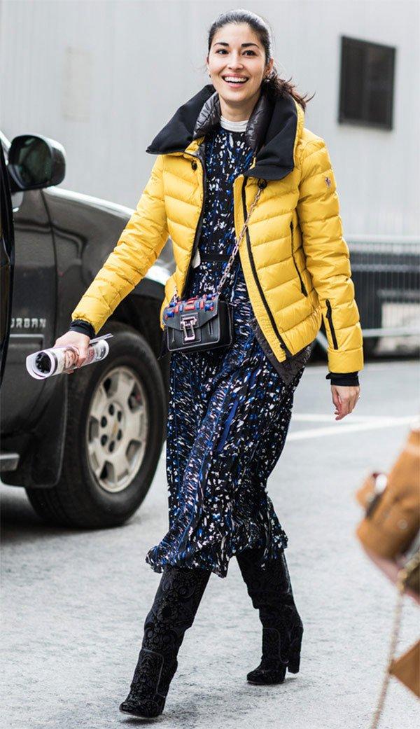 Street style look com casaco amarelo.
