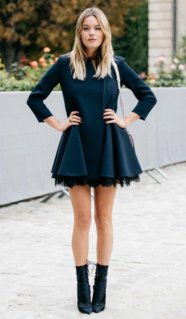 Street style look com vestido e bota.