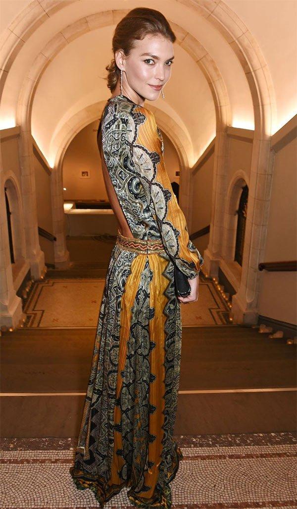 Street style look com vestido decote nas costas.