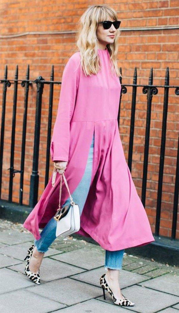Street style look com vestido rosa e scarpin de onça.