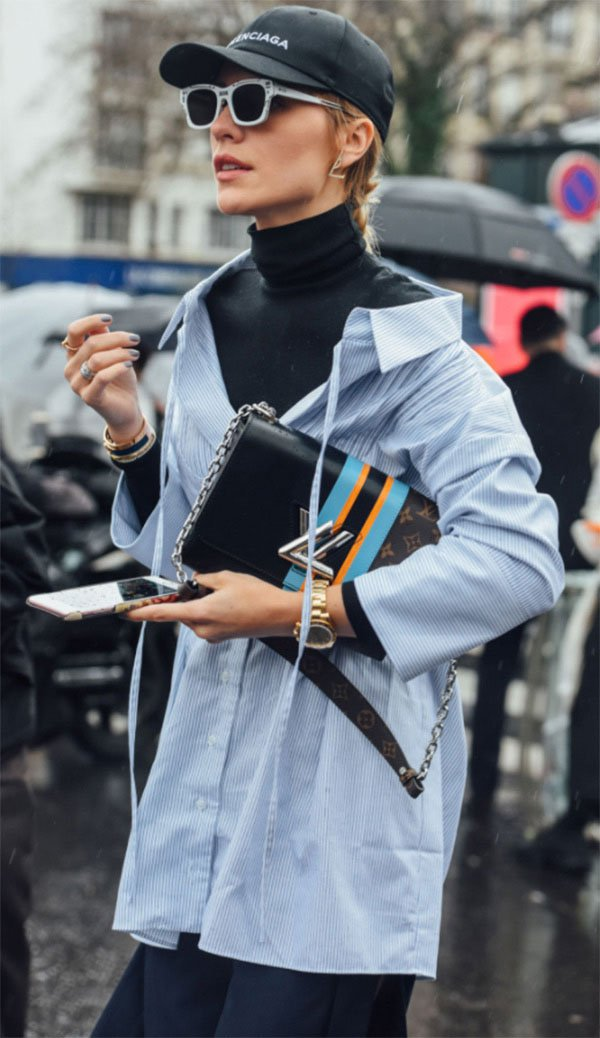 Street style look com camisa e trench.