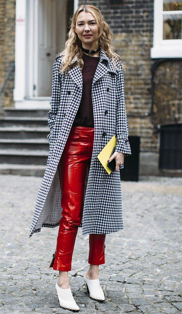 Street style look com calça vermelha.