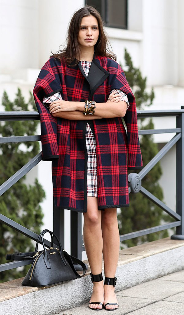 Street style look casaco xadrez.