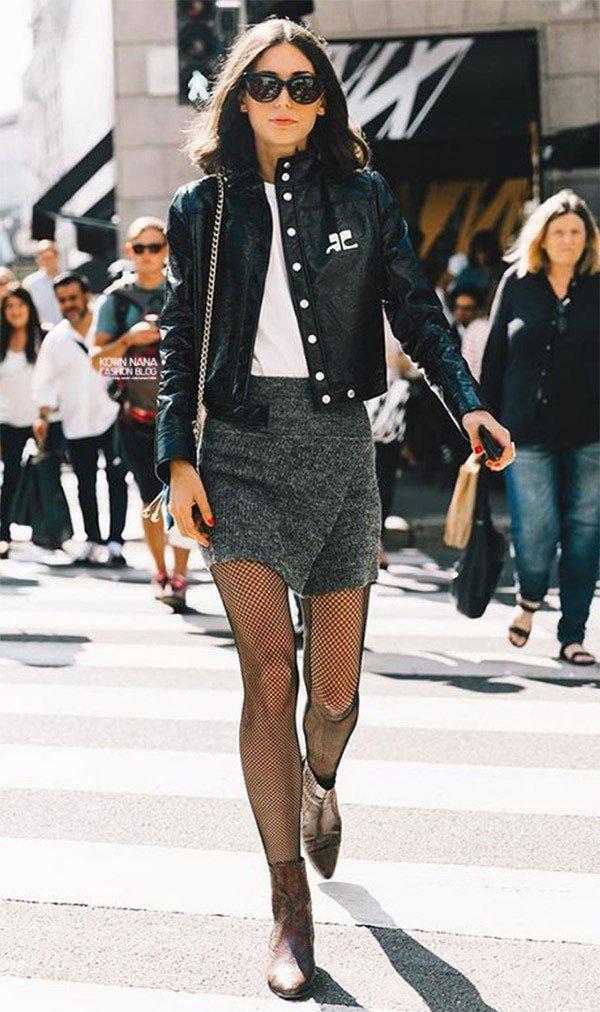 Street style look com jaqueta, saia e bota.