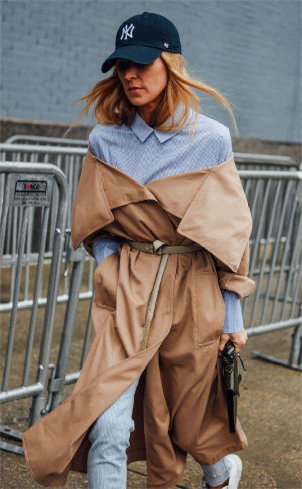 Street style look com trench coat e camisa.