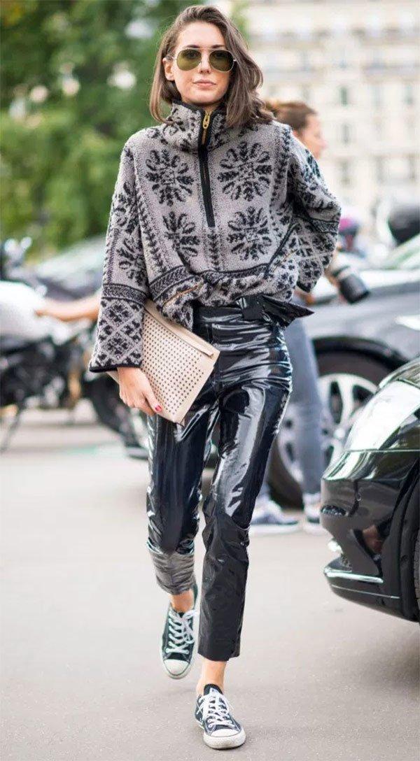 Street style look com calça de vinil.