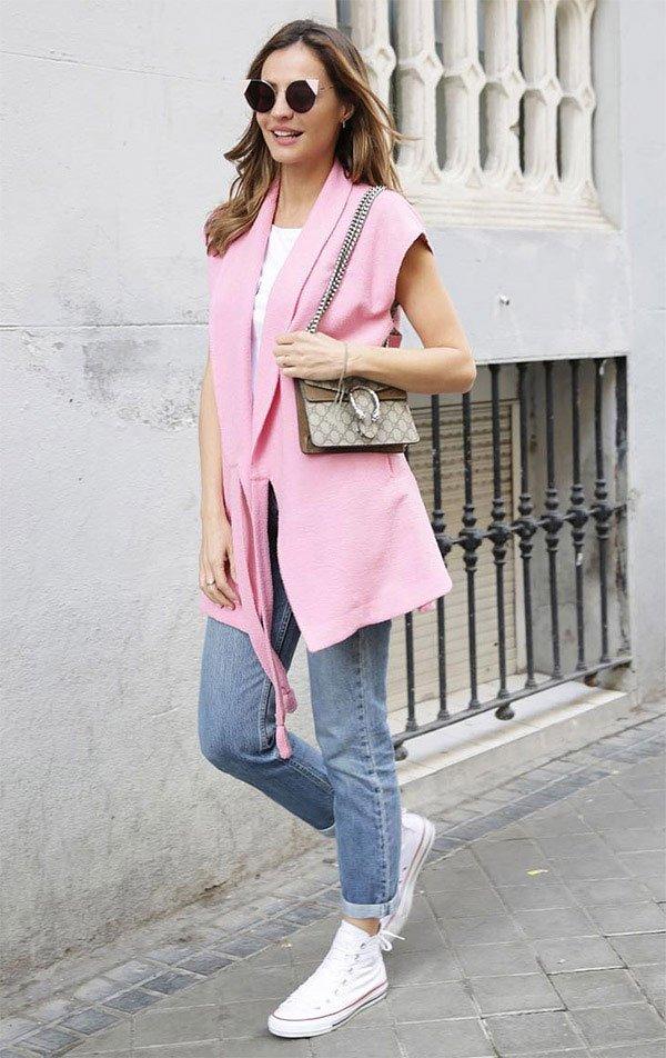 Street style look com colete rosa.