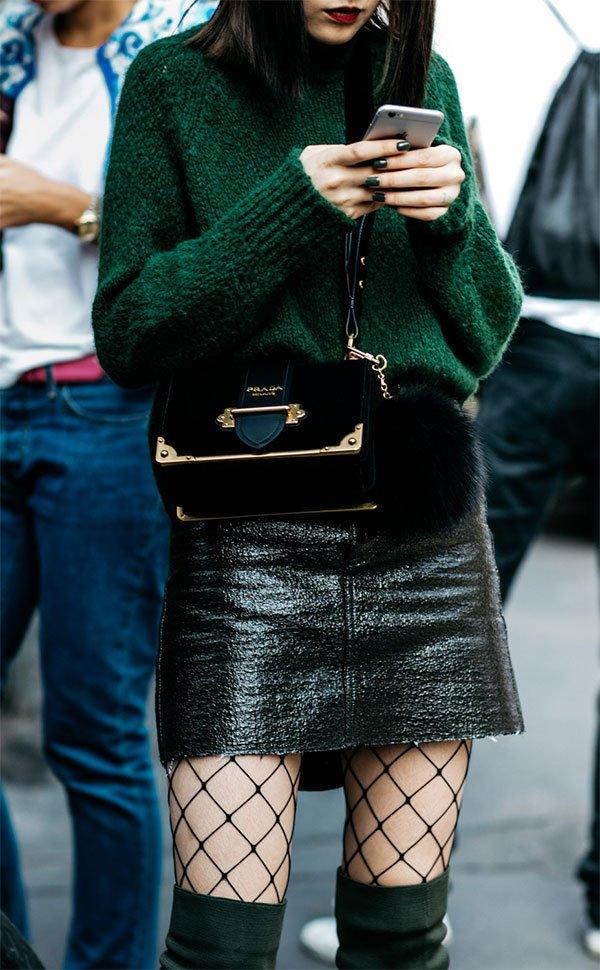 Street style look com suéter e meia arrastão.