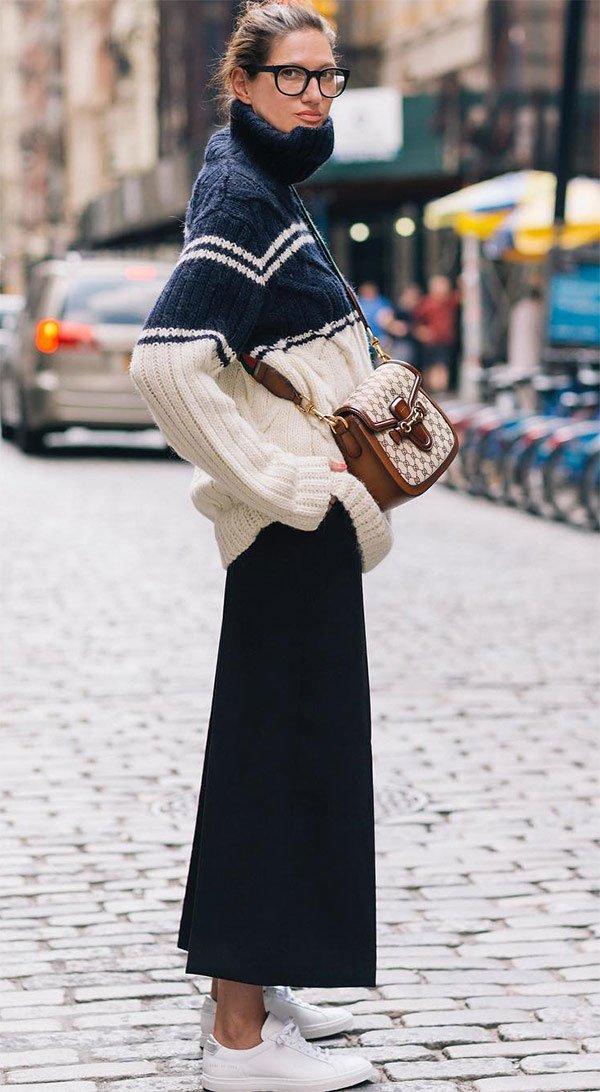 Street style look com suéter e saia midi.