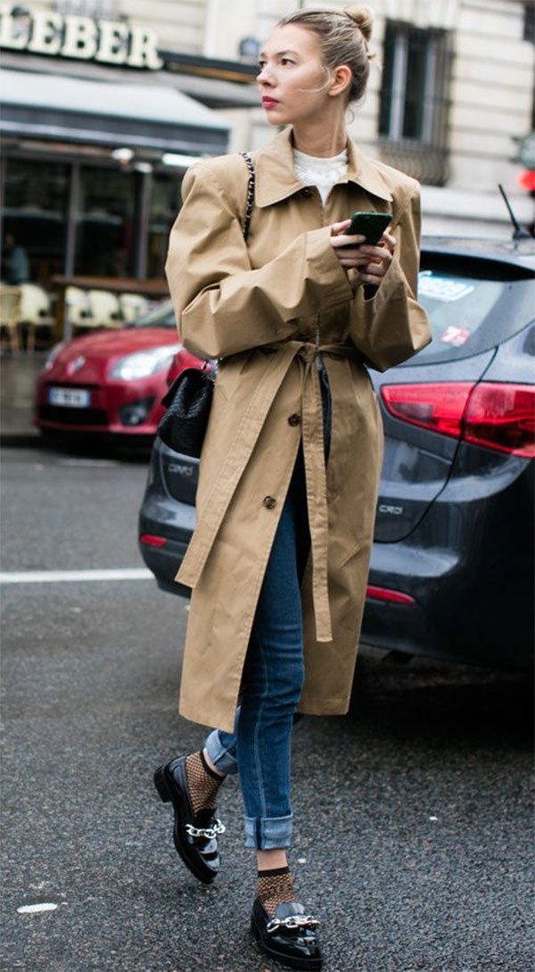 Street style look com trench coat e calça jeans.