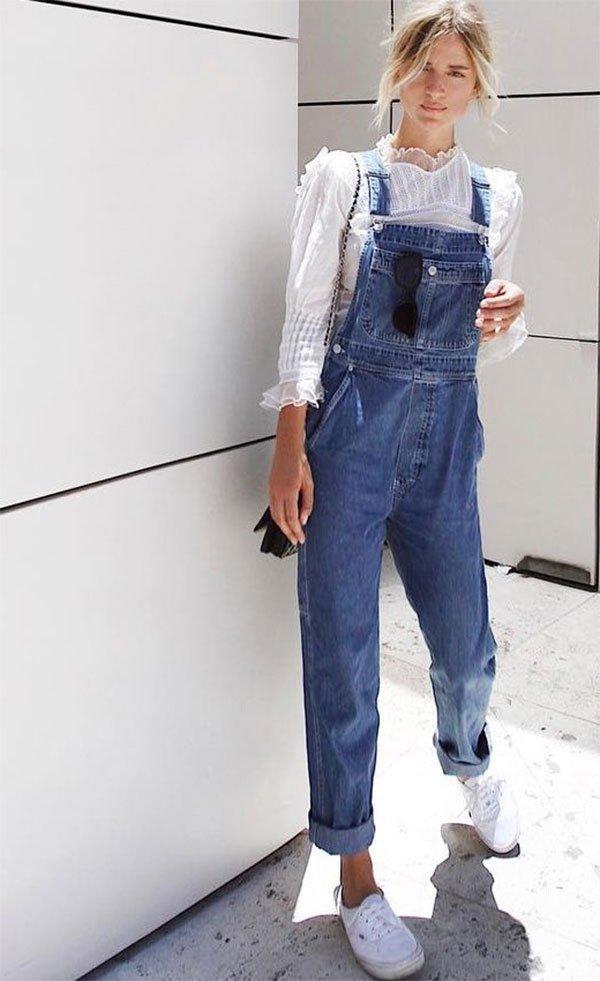 Street style look com macacão jeans.