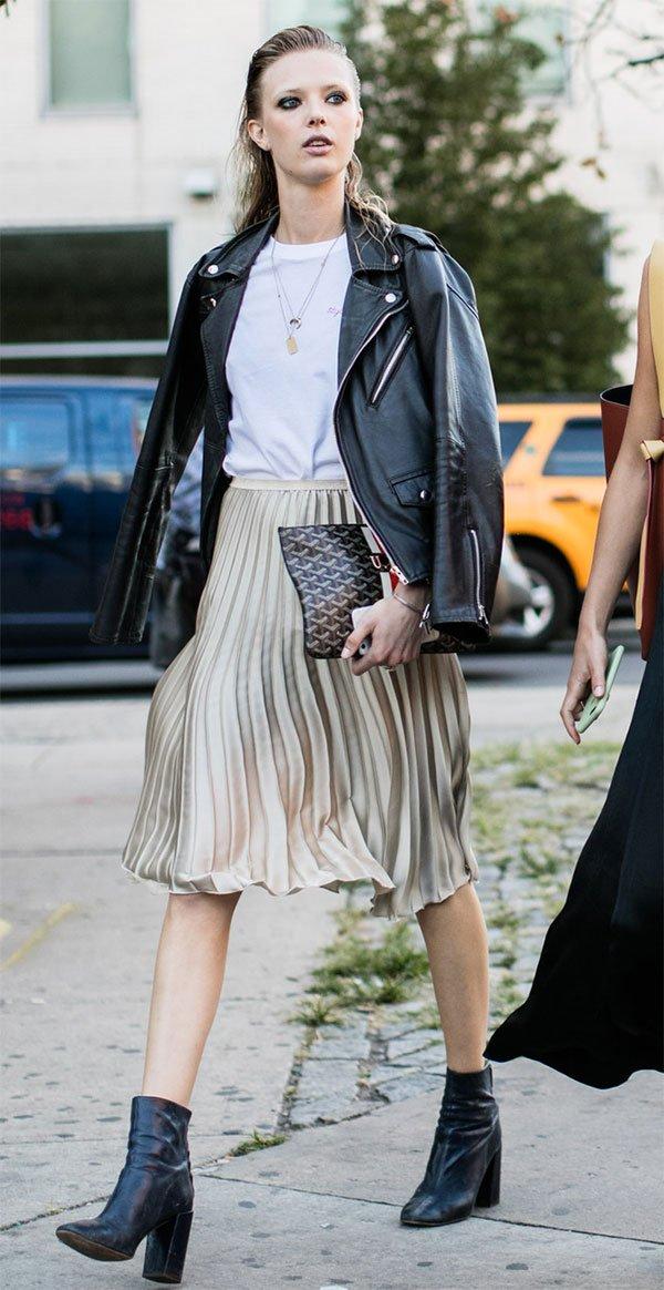 Street style look com saia plissada.