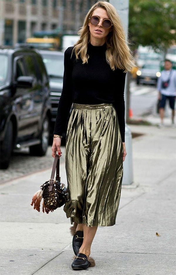 Street style look com saia metalizada.