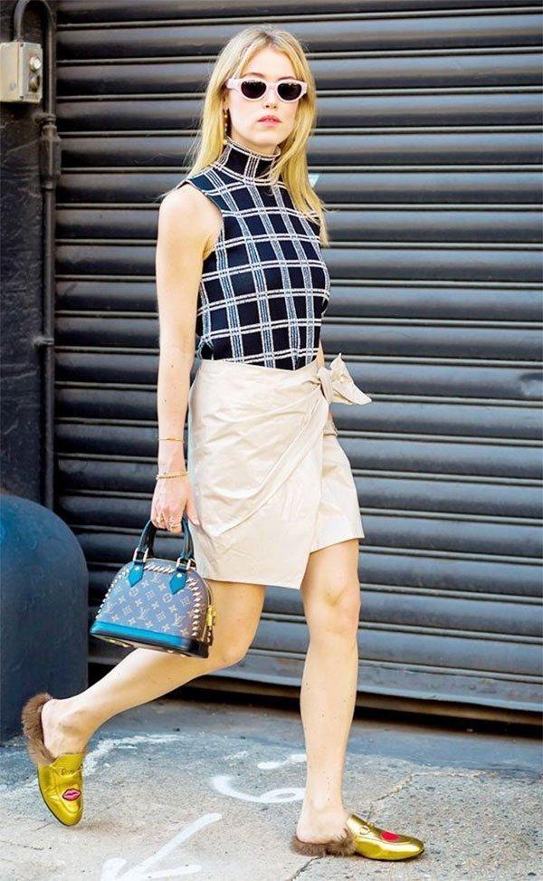 Street style look com saia de couro.