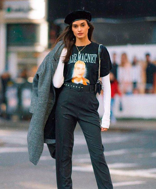 Gizele Oliveira - T-Shirt-vintage-calça-pantalona-alfaiataria-cinza-boina-sobreposição - T-Shirt Vintage - Meia Estação - Street Style