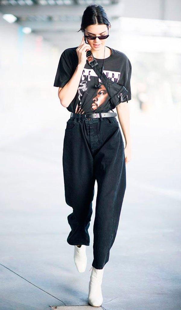 Kendall Jenner - T-Shirt-vintage-preta-calça-mom-jeans-pochete-mini-oculos-bota-branca- - T-Shirt Vintage - Meia Estação - Street Style