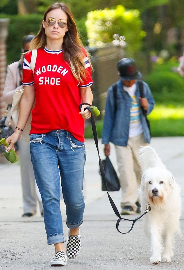 Olivia Wilde - tshirt-calca-jeans-look-tenis - t-shirt vintage - meia estação - street style