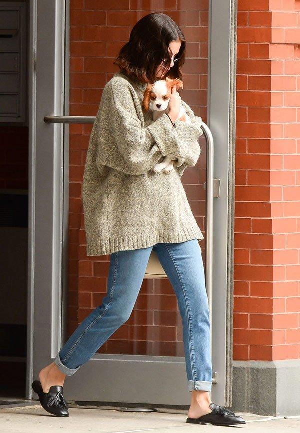 Selena Gomez - tricot-jeans-mule - mule - meia estação - street style