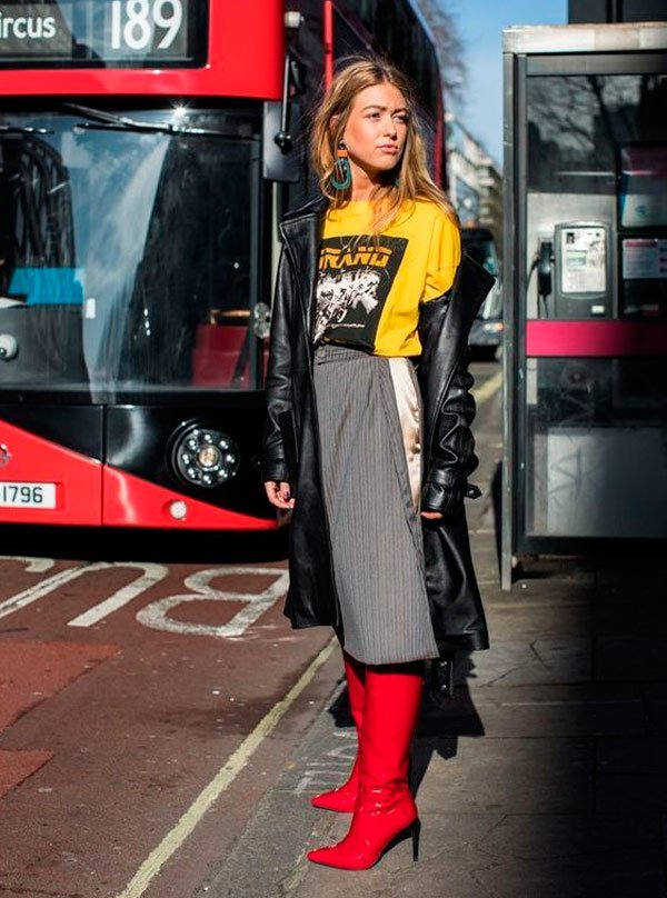 It Girl - T-shirt-vintage-amarela-rock-band-saia-midi-alfaiataria-cinza-over-coat-couro-bota-verniz-vermelha-over-the-knee-street-style - T-Shirt Vintage - Inverno - Street Style