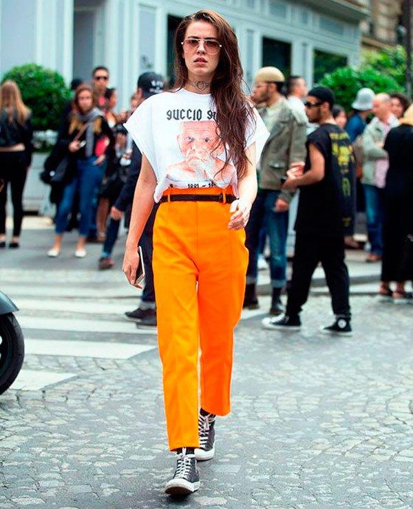 It Girl - T-shirt-vintage-branca-calça-alfaiataria-cintura-alta-laranja-all-star-cano-alto-preto-óculos-transparente - T-Shirt Vintage - Verão - Street Style