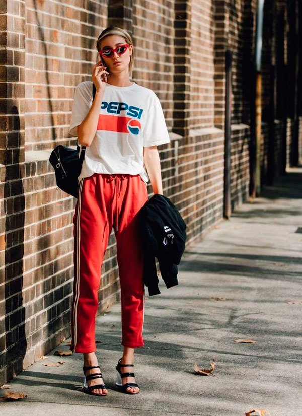 It Girl - T-shirt-vintage-pepsi-branca-calça-listras-moletom-vermelha-sandália-salto-acrílico-óculos-gatinho - T-Shirt Vintage - Meia Estação - Street Style