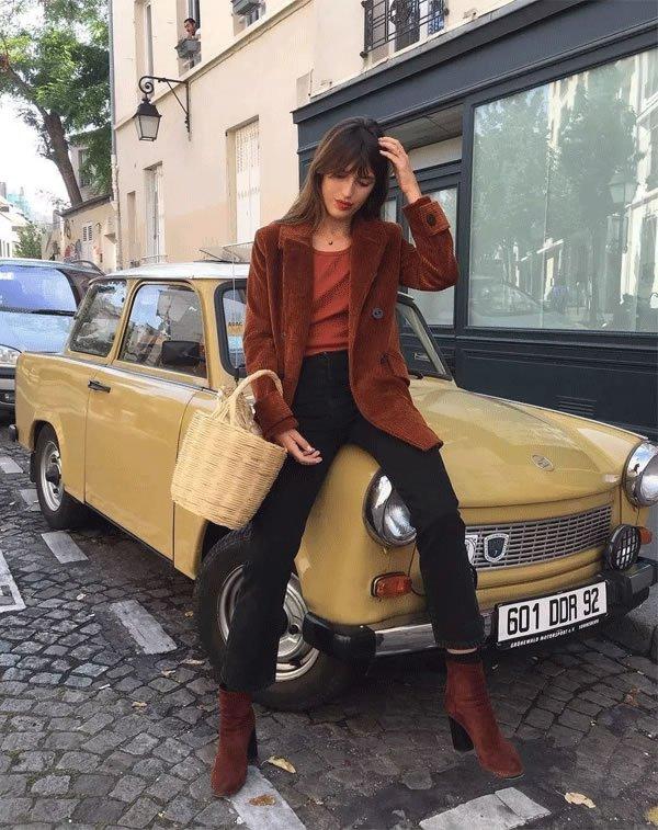 Jeanne Damas - calca-jeans-bota-blazer-bolsa-de-palha - bolsa de palha - inverno - street style