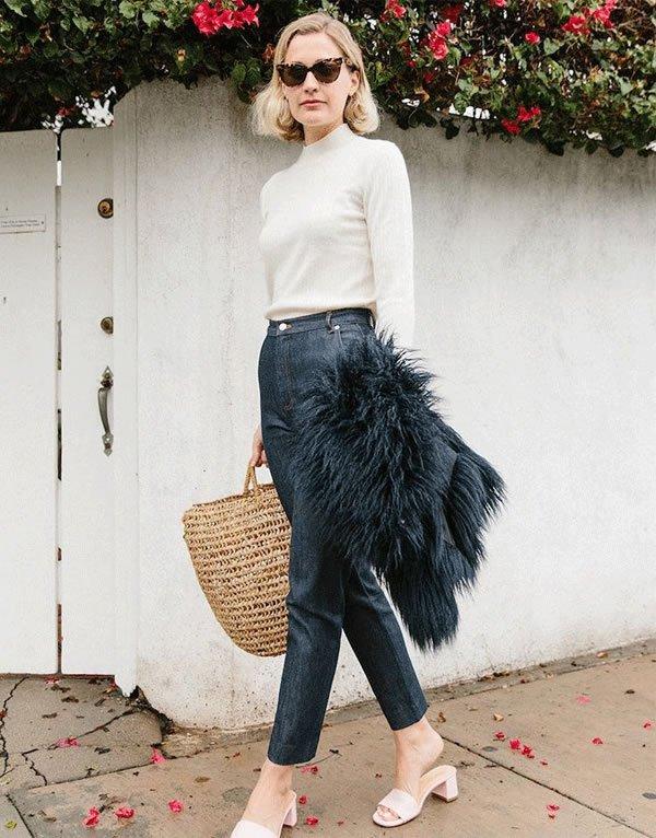 Haley Boyd  - calca-jenas-sandalia-casaco-bolsa-de-palha - bolsa de palha - inverno - street style