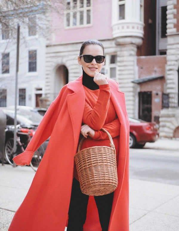 Veronica Popoiacu - turtle-neck-vermelha-calca-preta-casaco-vermelho-basket-palha - bolsa de palha - inverno - street style