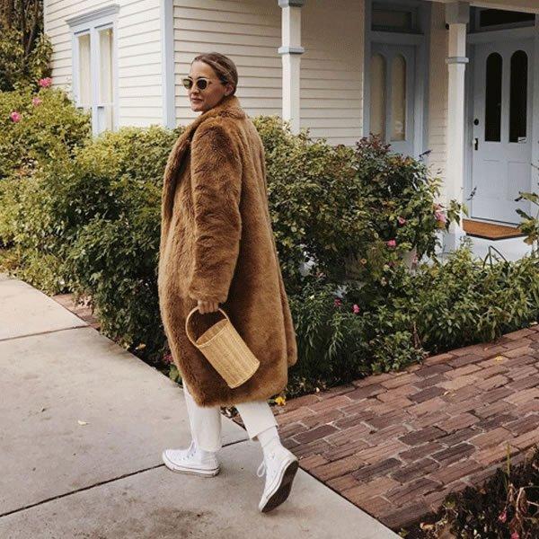 Haley Boyd  - casaco-pelo-bolsa-de-palha-all-star-branco - bolsa de palha - inverno - street style