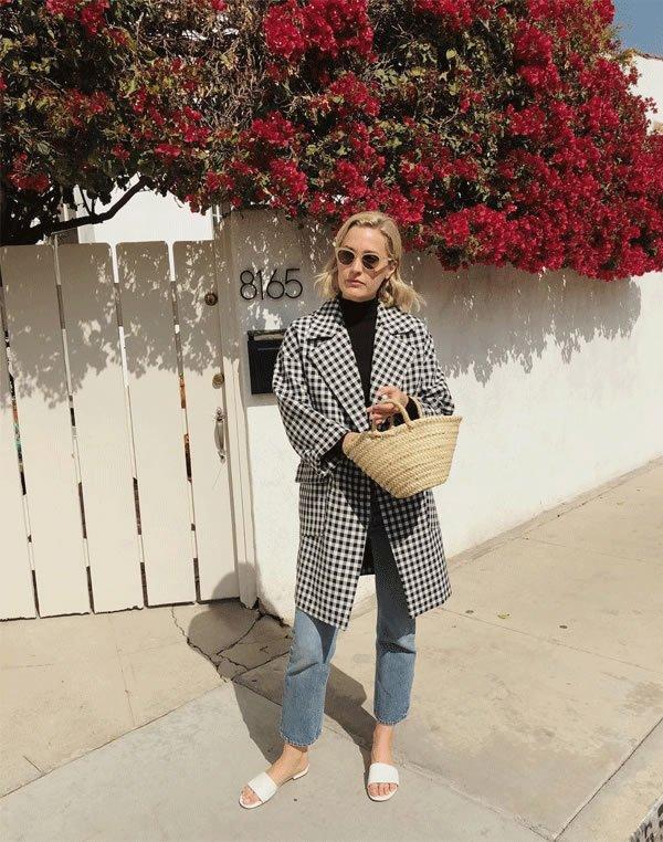 Haley Boyd  - casaco-preto-branco-calca-preta-bolsa-de-palha - bolsa de palha - inverno - street style