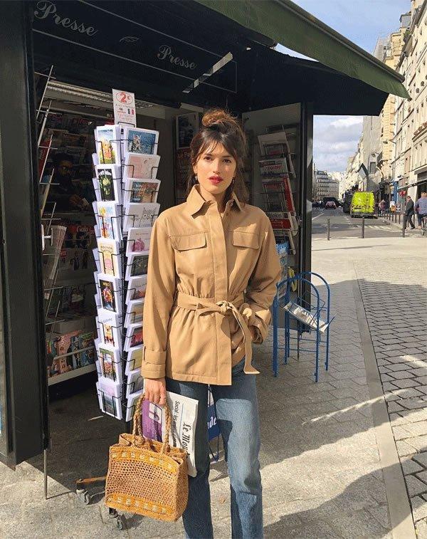 Jeanne Damas - casco-bege-calca-jeans-bolsa-palha - bolsa de palha - inverno - street style