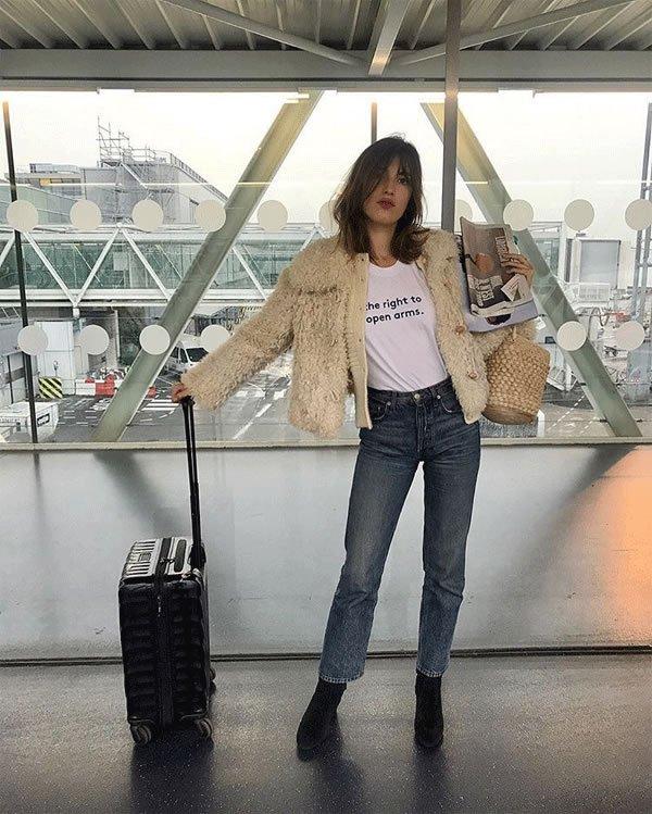 Jeanne Damas - calca-jeans-azul-casco-pele-bolsa-de-palha - bolsa de palha - inverno - street style