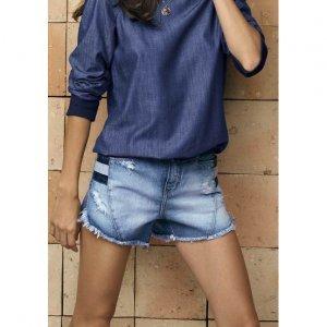 Shorts Jeans Feminino Com Recorte Esportivo E Barra Desfiada