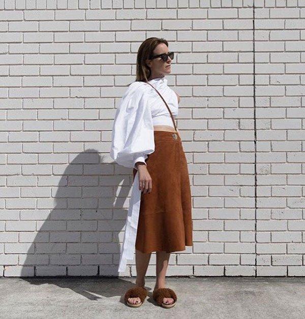 Amanda Shadforth - saia-midi-caramelo-blusa-manga-slide-pelos - slide-pelos - meia estação - street style