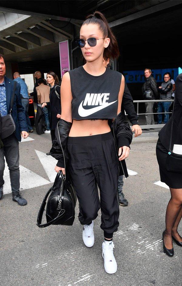 Bella Hadid - conjunto-nike-cinza-preto-cropped-tenis - top cropped - Meia Estação - Street Style