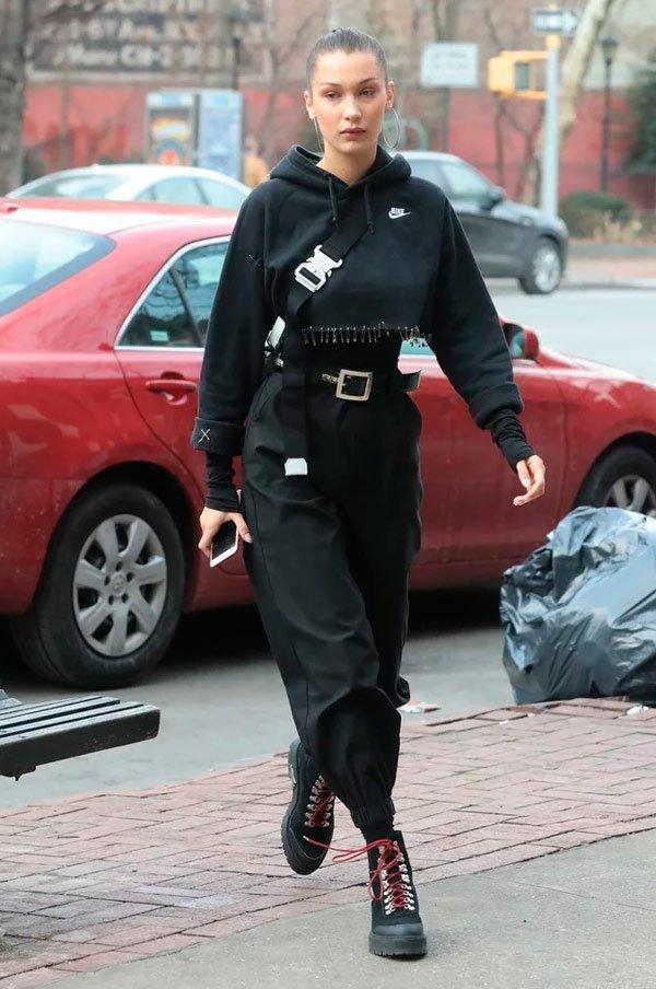 Bella Hadid - calça-preta-moletom-preto-cropped-tenis - moletom - Meia Estação - Street Style