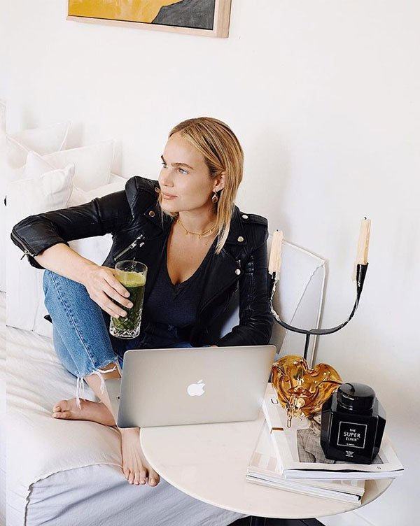 Brooke Testoni - blusa-preta-calça-jeans - calça jeans - meia estação - street style