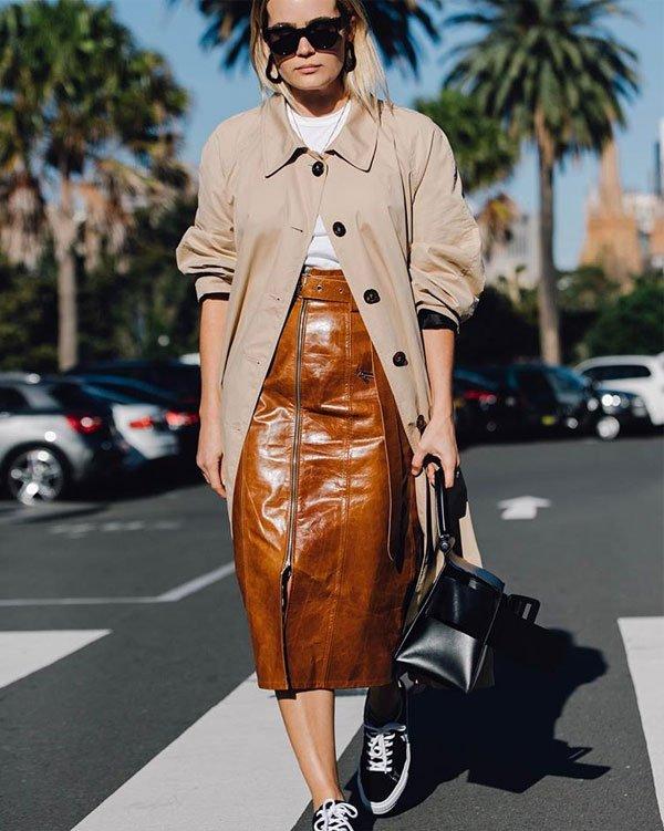 Brooke Testoni - saia-couro-marrom-casaco-tênis - saia midi - meia estação - street style