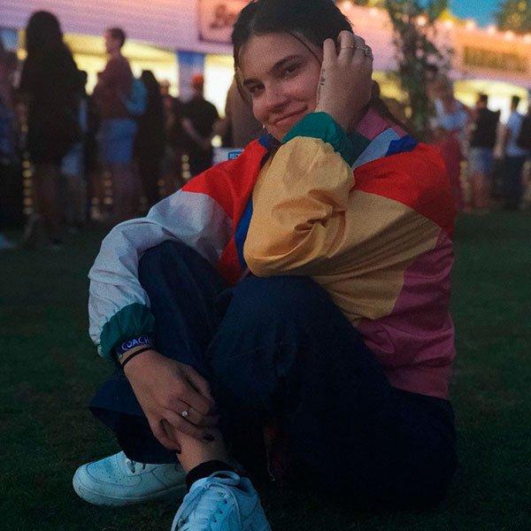 Bruna Borges - casaco-coorido-macacao-jeans-tenis-branco - casaco colorido - Meia Estação - Street Style