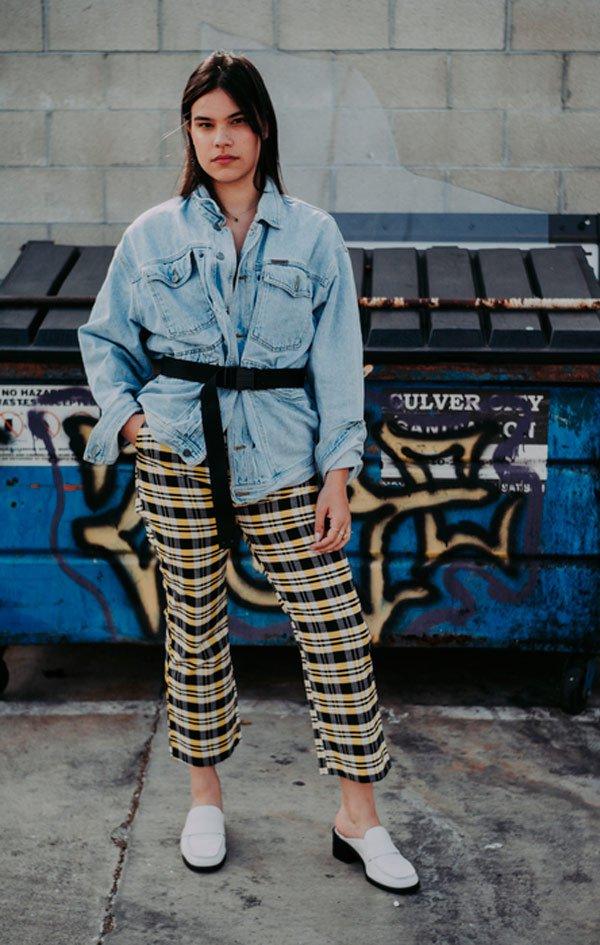 Beatriz Borges - calça-xadrez-jaqueta-jeans-oversized - calça xadrez - Meia Estação - Street Style