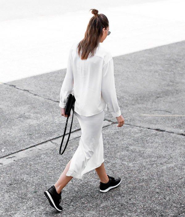 it-girl - camisa-branca-saia-branca-monocromático-tenis-preto - monocromático - verão - street style
