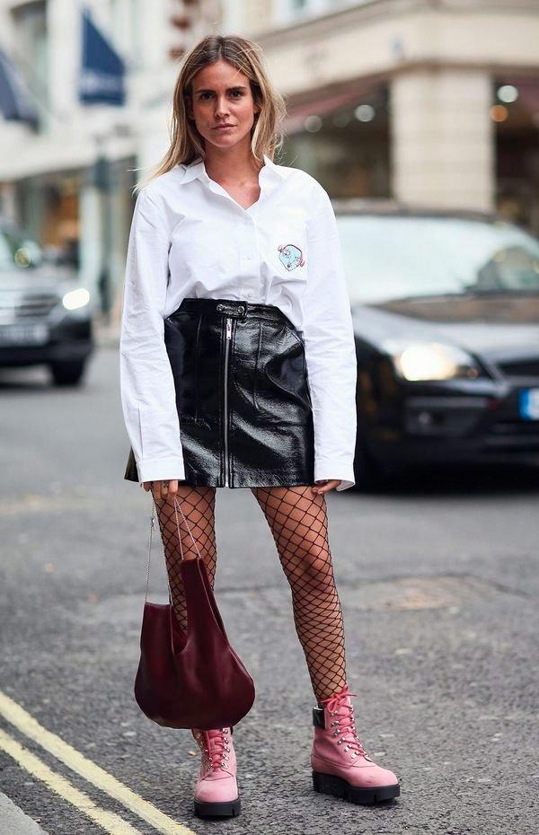 it girl - saia-verniz-camisa-meia-fishnet-coturno - meia fishnet - meia estação - street style