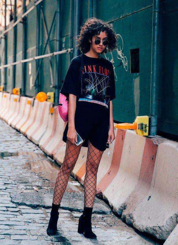 it-girl - maxi-camiseta-meia-fishnet-bota-mochila - meia fishnet - verão/meia estação - street style