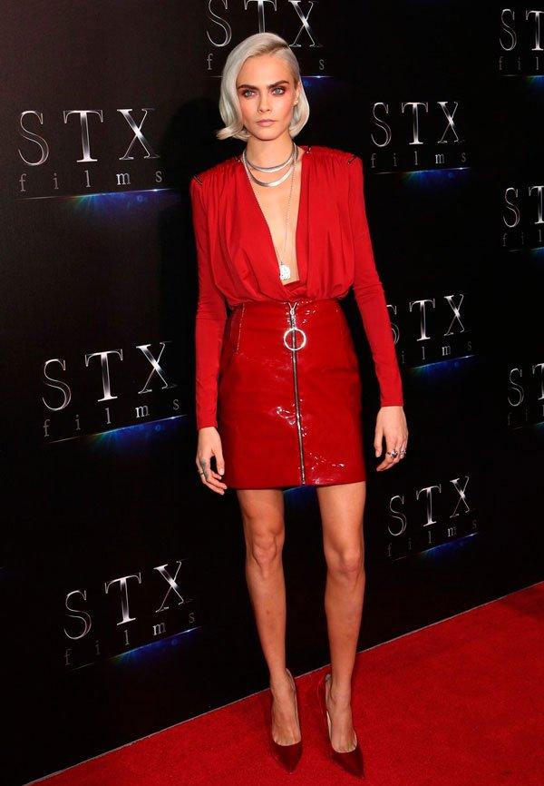 Cara Delevingne - saia-vinil-vermelha-blusa-vermelha - saia verniz - verão - street style