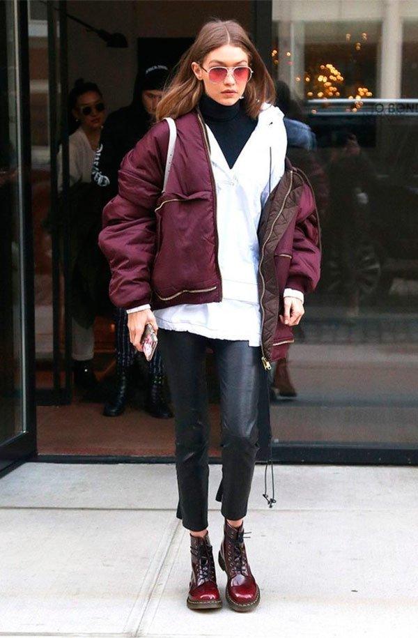 Gigi Hadid - calça-couro-coturno-casaco-vinho - casaco - outono - Street Style