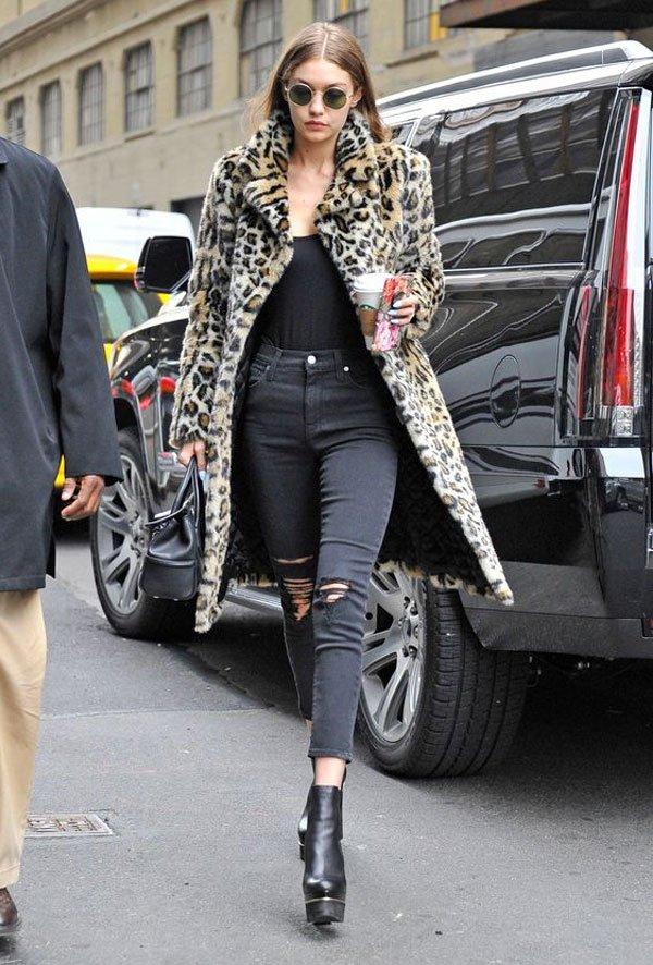 Gigi Hadid - blusa-cinza-calça-destroyed-faux-fur - faux fur - inverno - street style