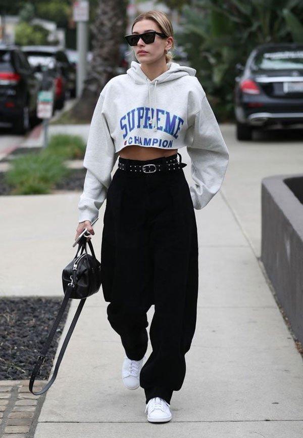 Hailey Baldwin - moletom-cropped-calça-preta - moletom - meia estação - street style