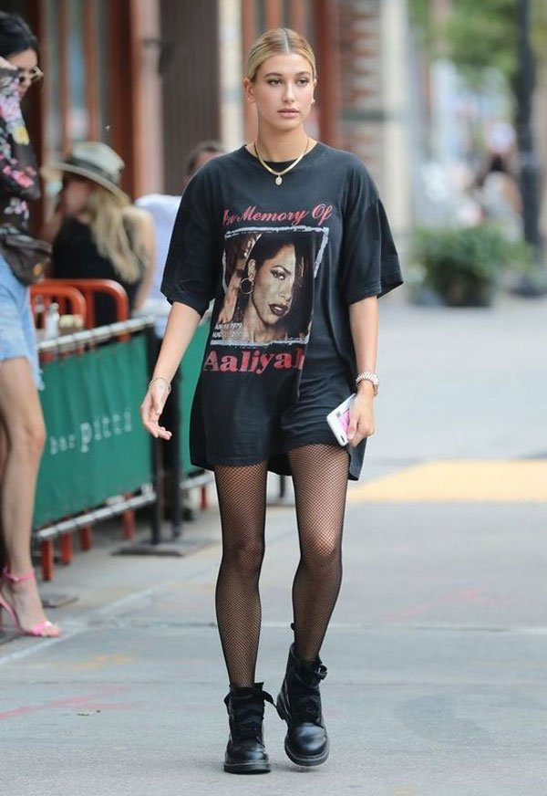 Hailey Baldwin - t-shirt-oversized-meia-arrastão - meia-arrastão - meia estação - street style