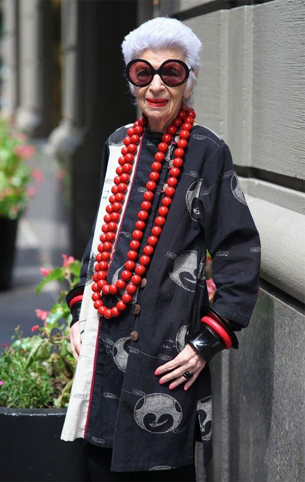 Iris Apfel - kimono-preto-colar-vermelho-iris-apfel - colar vermelho - meia estação - street style